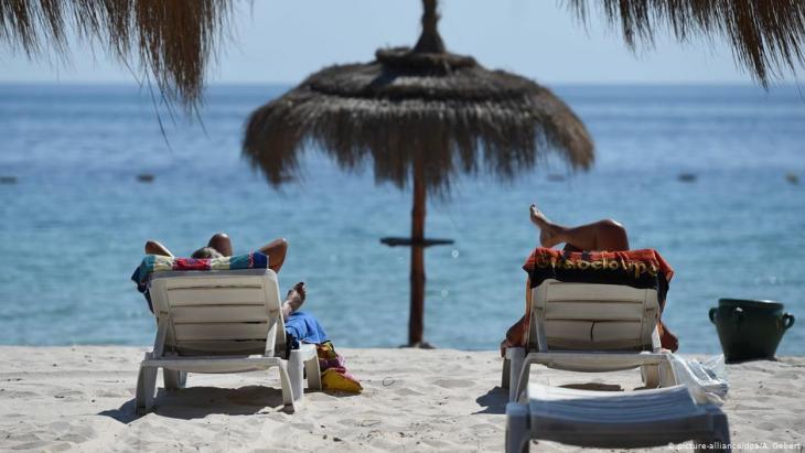 Urlaubsgäste am Strand von Sousse, Tunesien; Foto: picture-alliance/dpa