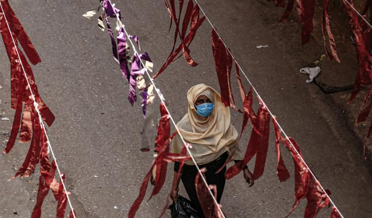 Eine Frau geht durch den Kairoer Stadtteil Al Malek; Foto: dpa/Lobna Tarek