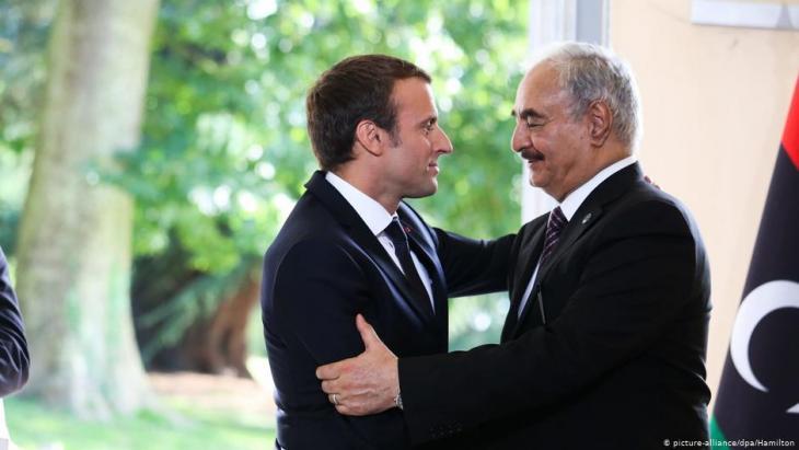 Frankreichs Präsident Macron (l.) und Libyens General Haftar  im Jahr 2017; Foto: picture-alliance/dpa/Hamilton