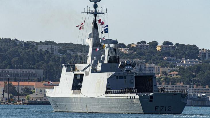 Die französische Fregatte Courbet, die an der NATO-Mission Sea Guardian beteiligt ist; Foto: picture-alliance/S. Ghesquiere