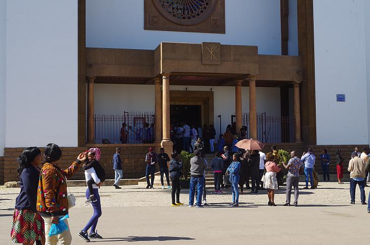 Migranten vor der katholischen Kathedrale St. Peter in Rabat; Foto: Claudia Mende