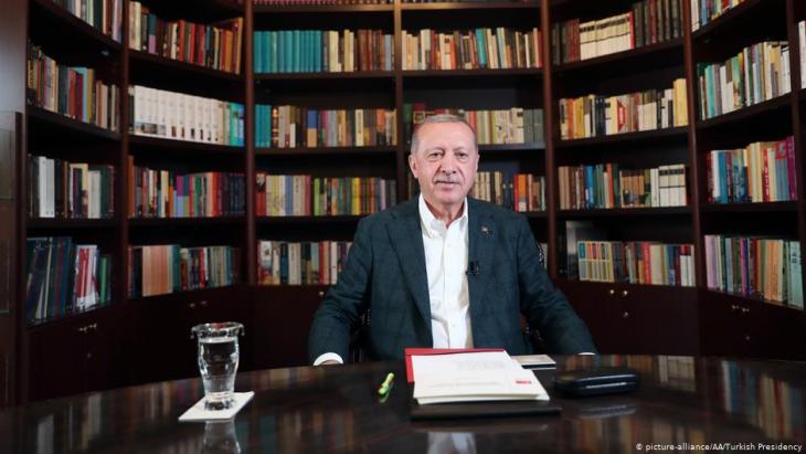 Der türkische Präsident Erdoğan beim Youtube-Chat; Foto: picture-alliance/AA/Turkish Presidency