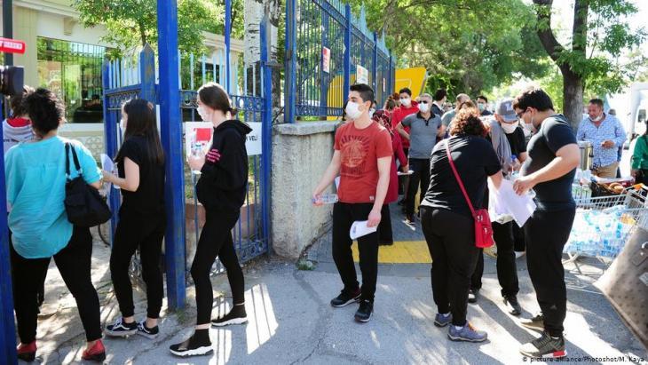 Studienanwärter auf dem Weg zur Prüfung am 27. Juni in Ankara; Foto: picture-alliance