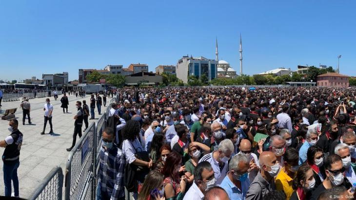 Anwälte und Bürger protestieren gegen die Pläne der Regierung zur Neuregulierung der Anwaltskammern, Istanbul, Juni 2020; Foto: DW/S. Ocak
