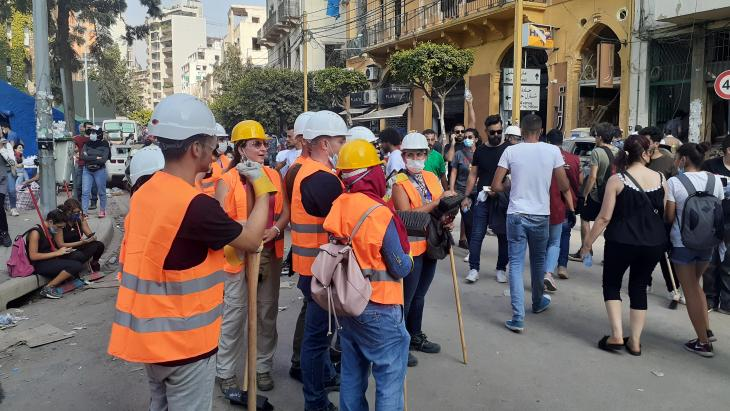 Freiwillige in Gemmayze rezitieren Majida el Roumis Lied; Foto: Julia Neumann