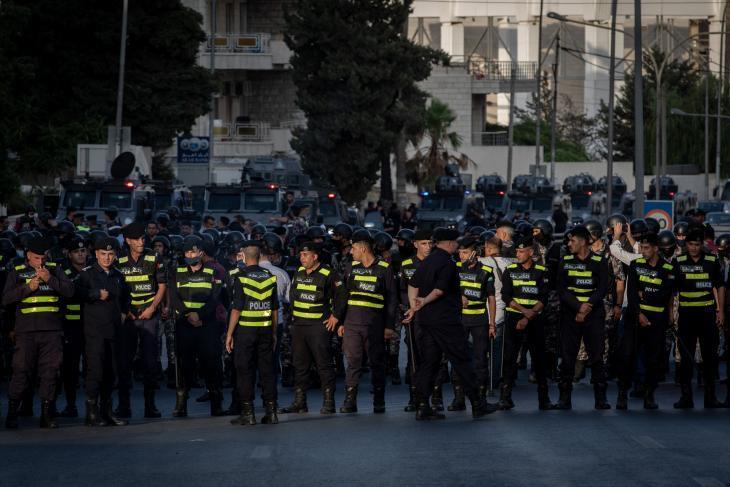 Sicherheitskräfte hindern Protestierende daran, sich einen Weg zu Regierungsgebäuden am 4. Circle in Amman zu bahnen während einer Demonstration am 5. Circle am 29.07.2020 gegen die Auflösung der Lehrergewerkschaft und die Verhaftung ihrer Führung; Foto: Sherbel Dissi