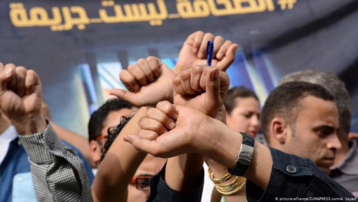 Ägypten: Proteste für Pressefreiheit, auf dem Plakat ist zu lesen: Journalismus ist kein Verbrechen; Foto: picture-alliance/ZUMAPRESS.com/A. Sayed