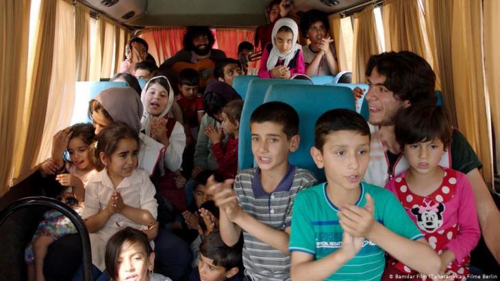 Anwohner auf der Flucht vor dem Hochwasser im Tourbus der Film-Crew; Foto: Bamdar Film (Teheran)/kapFilme Berlin