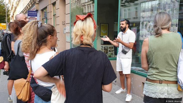 In Deutschland angekommen: Raisan Hameed mit Besuchergruppe in Leipzig; Foto: Nader Alsarras/DW