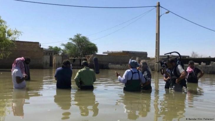 """Dreh des Films """"Bandar Band"""" im Hochwasser; Foto: Bamdar Film (Tehran)"""