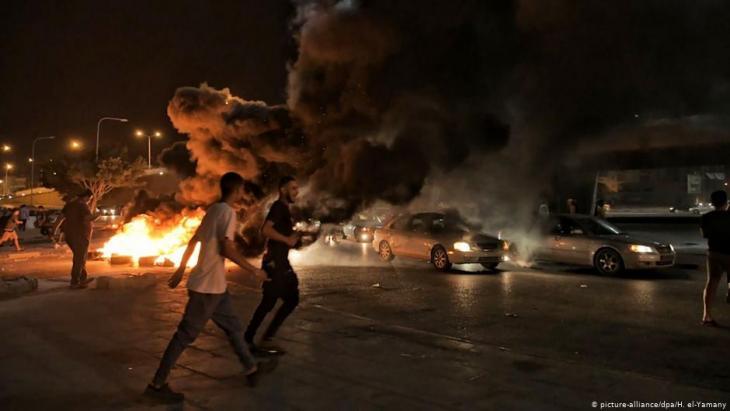 Jugendliche protestieren in der ostlibyschen Stadt Bengasi; Foto: picture-alliance/dpa