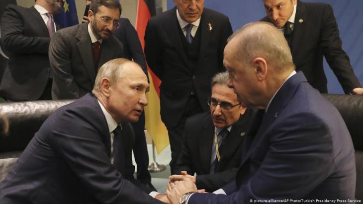 Russlands Präsident Wladimir Putin und sein türkischer Widerpart Recep Tayyip Erdogan auf der Berliner Libyen-Konferenz im Januar 2020; Foto: picture-alliance/AP