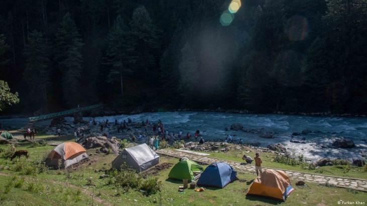 Touristen zelten und entspannen am Fluss Lidder, der durch das Tal von Pahalgam fließt; Foto: Furkan Khan