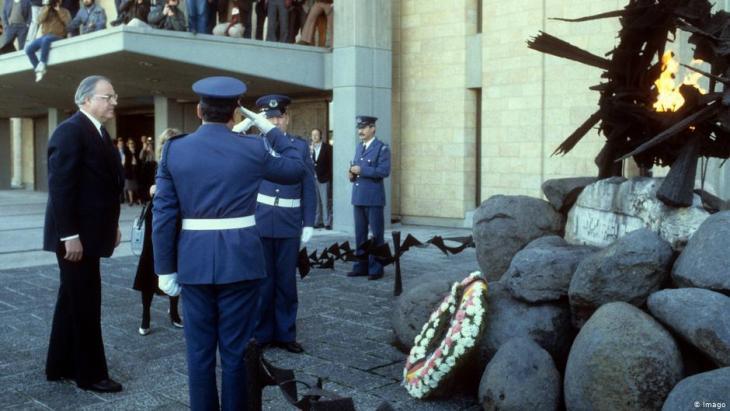 Der frühere Bundeskanzler Helmut Kohl bei einer Kranzniederlegung vor der Knesset im Jahr 1984; Foto: Imago