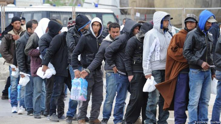 Nordafrikanische Flüchtlinge nach ihrer Ankunft in Italien; Foto: picture-alliance/dpa