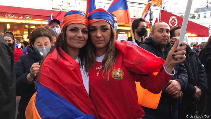 Armenische Demonstrantinnen Talin Mungan (links) and ihre Cousine in Paris; Foto: Lisa Louis/DW