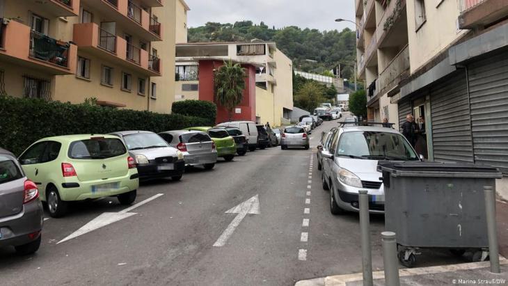 An dieser Straße in L'Ariane, Nizza, treffen sich Khalid und seine Freunde. Auf das Foto wollten sie nicht. Foto: DW/Marina Strauß