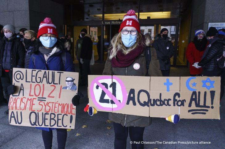 """Demonstranten stehen vor dem Gerichtsgebäude am ersten Tag der Verfassungsbeschwerde gegen die Gesetzesvorlage 21, die das Tragen religiöser Symbole für öffentliche Bedienstete in """"Autoritätspositionen"""" verbietet; 2 November 2020. Foto: THE CANADIAN PRESS/Paul Chiasson"""