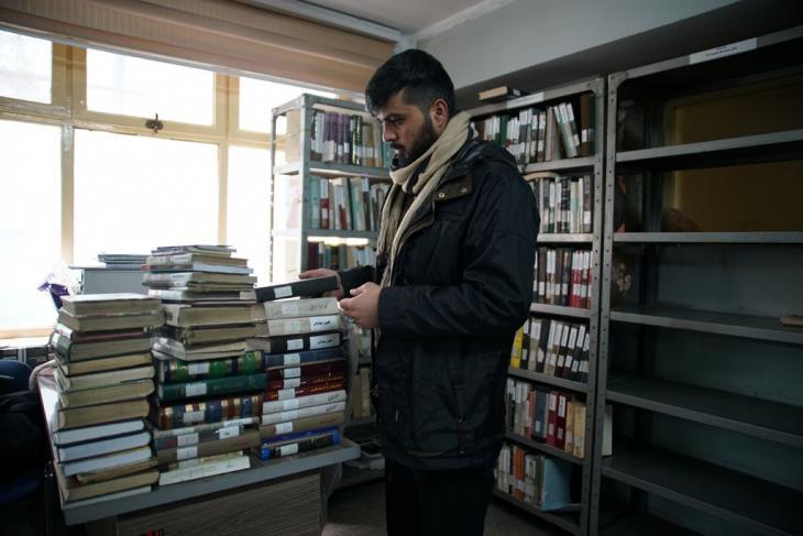 Ein Student im Lesesaal für persische Literatur der Kabuler Stadtbibliothek, einer der wenigen öffentlichen Bibliotheken in der afghanischen Hauptstadt. Foto: Marian Brehmer