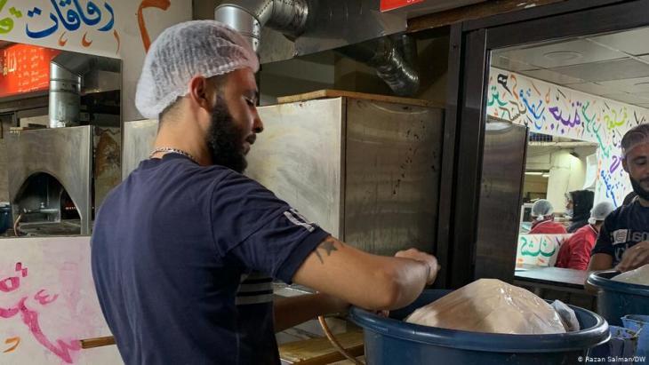 Es reicht gerade noch für die Gehälter: Ein Angestellter in der Bäckerei von Mona Mallah in Beirut. Foto: DW