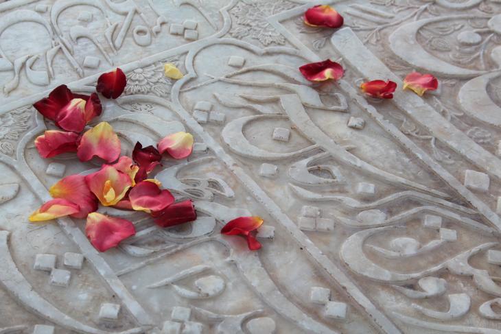 Ein Besucher hat Rosenblätter auf den marmornen Grabstein von Hafis gestreut. (Foto: Marian Brehmer)