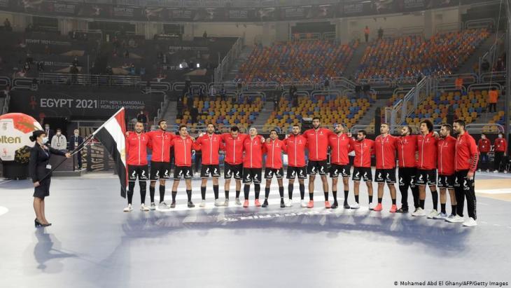Die ägyptische Mannschaft posiert vor dem Eröffnungsspiel der Handball-Weltmeisterschaft der Männer 2021 zwischen den Mannschaften der Gruppe G Ägypten und Chile in der Sporthalle des Kairoer Stadions in der ägyptischen Hauptstadt am 13. Januar 2021. Foto: Getty Images/AFP/Pool/Mohamed Abd El Ghany