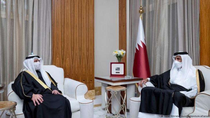 Scheichs Ahmad Nasser al-Sabah und Tamim bin Hamad al-Thani: Kuwait als Vermittler(Foto: Qatari Emirate Council /AA /picture alliance)