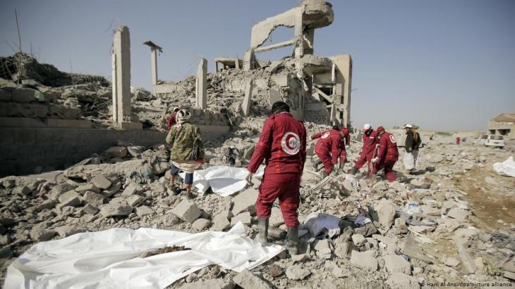 Nach einem Luftangriff der saudischen Militärkoalition bergen Helfer Tote aus den Trümmern eines Gefängnisses im Jemen; Foto: Hani Al-Ansi/dpa/picture-alliance