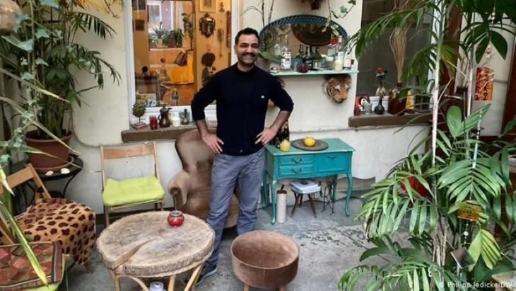 Kultureller Kraftort eines Viertels: Saman Haddad im Garten seiner 4telbar. Foto: DW/Philipp Jedicke