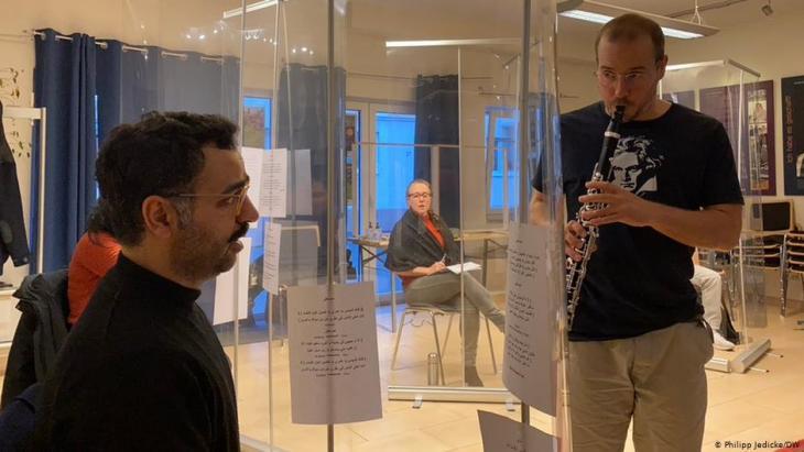 """Saman Haddad (links) und Hans-Joachim Büsching beim Workshop """"1001 Takt - Zwischen Bonn und Babylon"""". Foto: DW/Philipp Jedicke"""
