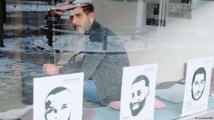 """Gut sichtbar: Die Außenfassade der """"Initiative 19. Februrar"""" erinnert an die Todesopfer. Foto: DW"""