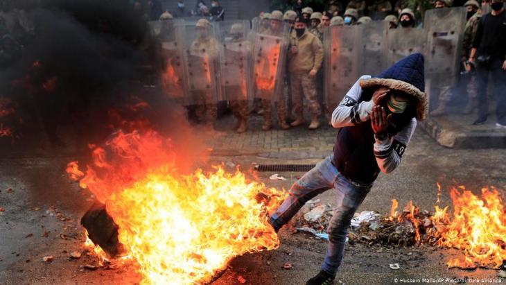 Libanon Corona-Pandemie Protest in Tripoli; Foto: Hussein Malla/AP Photos/picture-alliance