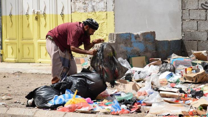 Leben in Armut: Ein Mann sucht in Aden im Müll nach Verwertbarem; Foto: picture-alliance/Xinhua News Agency/M.Abdo