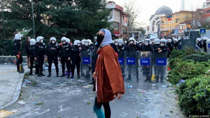 Polizei-Aufgebot vor der Bogazici-Uni; Foto: Fatima Celik/DW