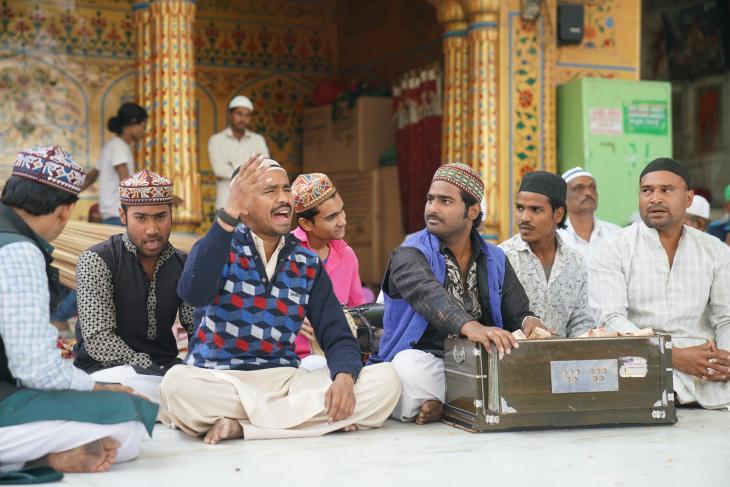Qawwali-Musiker im Innenhof des Schreins von Moinuddin Chishti in Ajmer, Indien. Foto: Marian Brehmer