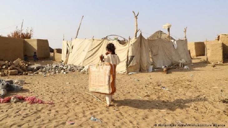 Ein vertriebenes Kind trägt eine Tasche mit einer Decke, nachdem es diese von einer Wohltätigkeitsorganisation in der Provinz Hajjah im Norden des Jemen erhalten hat, am 12. Januar. 2021. Foto: Mohammed Al-Wafi/Xinhua/picture-alliance