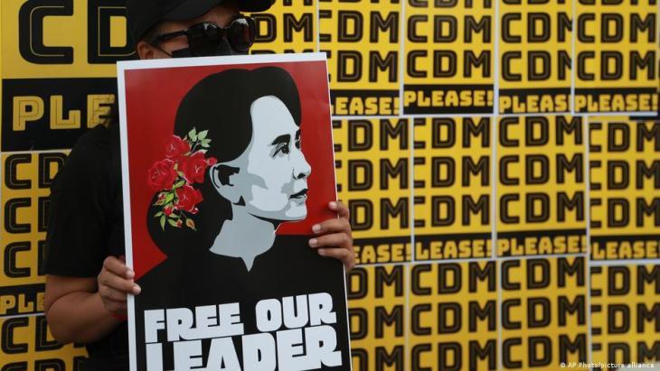 Ein Demonstrant hält ein Plakat mit dem Bild der gestürzten Führerin Aung San Suu Kyi während eines Anti-Coup-Protestes vor dem Hledan-Zentrum in Yangon, Myanmar, am 21.02.2021. Foto: AP Photo