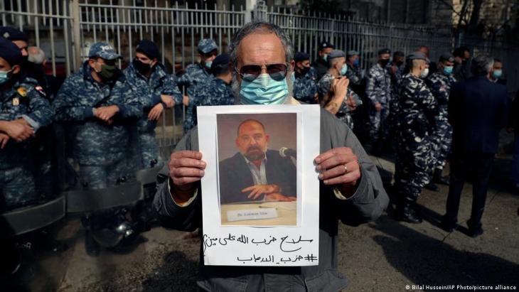 Hisbollah-Unterstützer hatten zuvor den Aktivisten bedroht; Foto: Bilal Hussein/AP Photo/picture-alliance