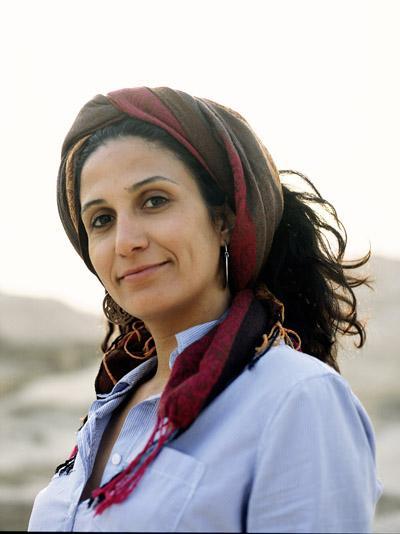 Die palästinensische Filmemacherin und Drehbuchautorin wurde als eines von neun Kindern geboren und wuchs im Flüchtlingslager Jalazone nahe Ramallah im besetzten Westjordanland auf. Sie arbeitete zunächst für das palästinensische Kulturministerium, bevor sie am ägyptischen Higher Institute of Cinema in Kairo aufgenommen wurde. Samaher gehört zu den aufstrebenden Stimmen des arabischen Dokumentarfilms: Ihre Arbeiten beschäftigen sich mit den sich wandelnden Rollen von Frauen und oppositionellen Künstler*innen im Nahen Osten.. Foto:  Karim El Hakim