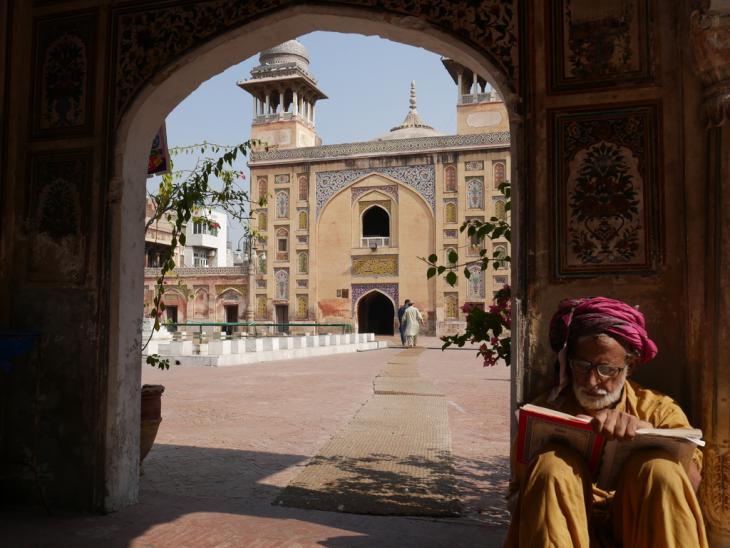 Koranlektüre in der Wazir Khan Moschee, Altstadt von Lahore; Foto: Marian Brehmer
