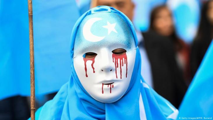Ein Demonstrant protestiert gegen Chinas Misshandlung von Uiguren; Foto: Getty Images/AFP/E. Bunand