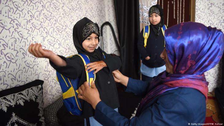 Afghanische Schwestern, die sich in Kabul auf den Schulweg machen. Foto: Getty Images/AFP/W. Kohsar