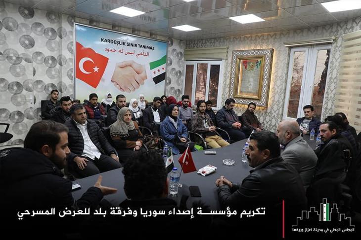 """""""Bruderschaft kennt keine Grenzen"""" - Gemeindeversammlung in Azaz, Nordsyrien, mit deutlich sichtbaren türkischen und SIG-Fahnen. Quelle: Azaz.c.local; Facebook"""