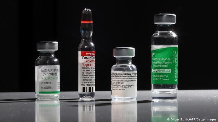 Fläschchen mit verschiedenen Impfstoffen gegen das Coronavirus. Foto: Oliver Bunic/AFP/Getty Images