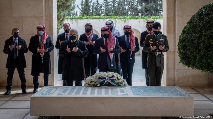 Am Grab der Ahnen: Prinz Hamsa (zweiter von links) und König Abdullah (direkt hinter dem Blumenschmuck): (Foto: Jordan Royal Palace/AFP)