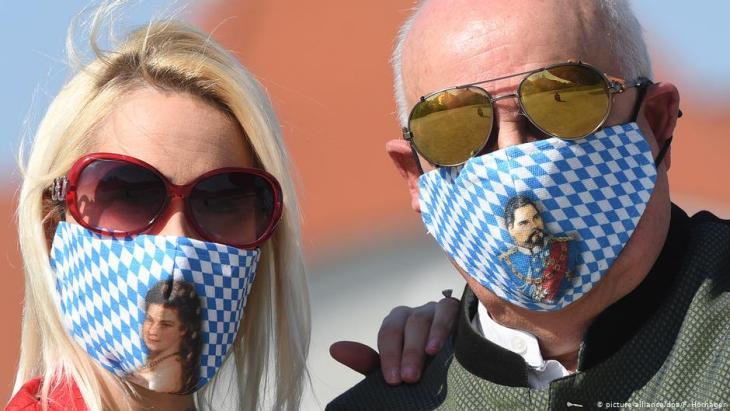 Heimatmasken mit Motiven Sissi und Ludwig II. von Bayern; Foto: picture-alliance/dpa/F. Hornager