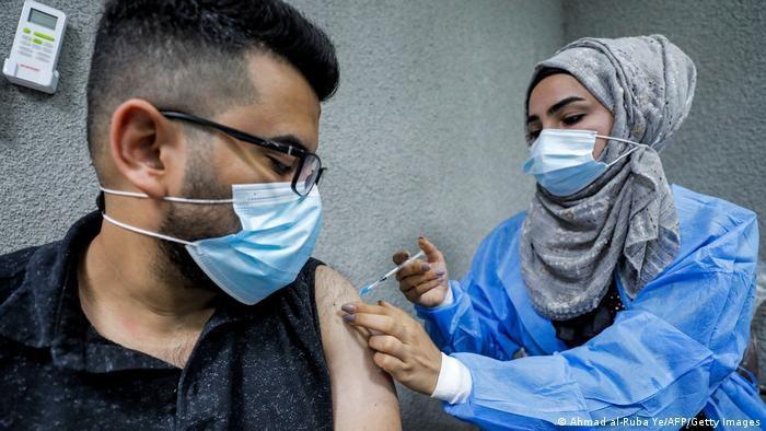 Pfizer BioNTech-Impfstoff wird von einer Krankenschwester im Kindi Hospital in Bagdad verabreicht. Foto: Ahmad al-Rubaye/AFP/Getty Images