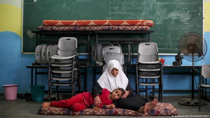 Gaza-City - Palästinenser suchen in einer Schule Schutz vor Luftangriffen; Foto; Ibraheem Abu Mustafa/Reuters
