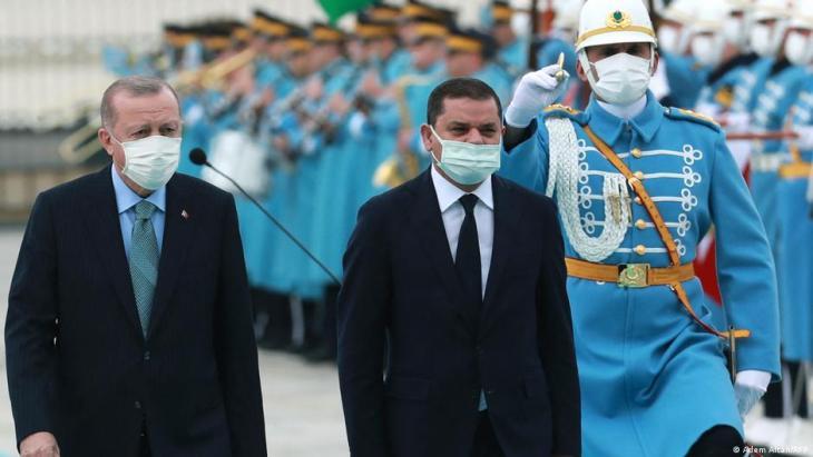 TDer türkische Staatspräsident Recep Rayyip Erdogan (li) und Abdul Hamid Dbeiba, Chef der lybischen Regierung der Nationalen Einheit (re) laufen die Ehrengarde ab vor ihrem Treffen in Ankara am 12. April 2021; Foto: Adem Altan/AFP