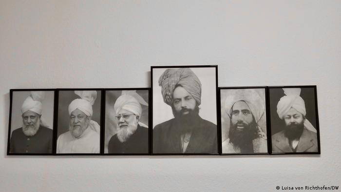 Schwarz-Weiß-Fotos von religiösen Führern der Ahmadi. Die Ahmadiyya glauben, dass der Gründer ihrer Bewegung, Mirza Ghulam Ahmad (Mitte), ein Messias war. (Foto: Luisa von Richthofen/DW)